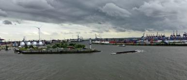 Hamburger Hafen mit Köhlbrandbrücke im HIntergrund